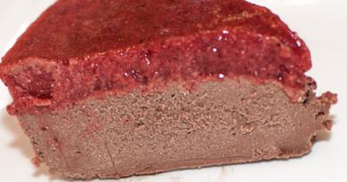 Sjokoladefudge-kake med jordbærtopping