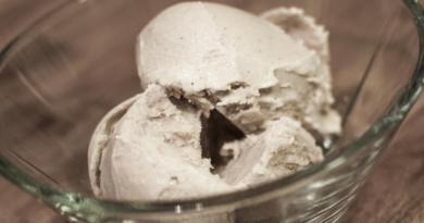Hjemmelaget iskrem med vanilje og cashew